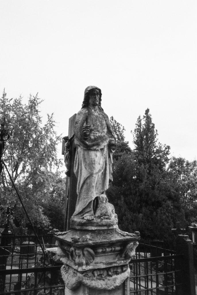 Figur im Schlossgarten Limburg - unbearbeitet Ilford FP4Plus 125